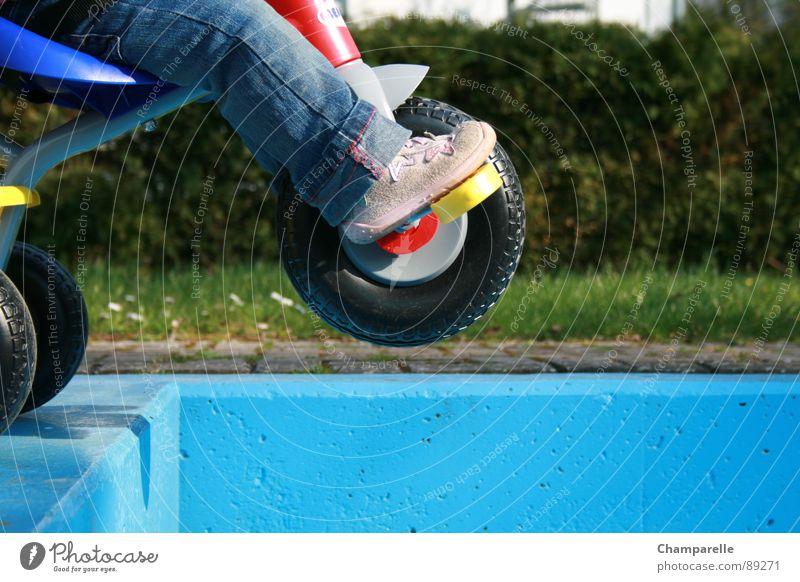 Falling Down Spielen Schuhe Jeanshose Kleinkind Turnschuh Am Rand Becken Lebensgefahr spielend Dreirad gewagt Unfallgefahr Wasserbecken Kinderbein Absturzgefahr
