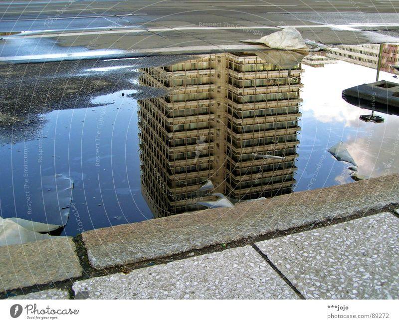 unterwasser Pfütze Berlin Bordsteinkante nass Hochhaus Alexanderplatz Ware Haus Stadt Müll Kopfstand Wasser ja sorry - schon wieder eine pfütze DDR gehsteig