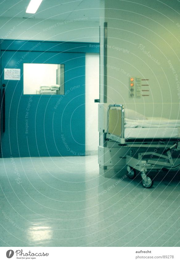 Operationssaal grün ruhig Gesundheit Raum Tür warten Gesundheitswesen schlafen Bett Arzt Krankheit Krankenhaus Unfall aufwachen steril