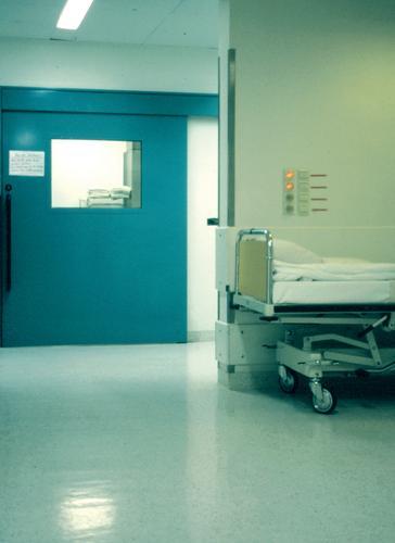 Operationssaal Krankenhaus Krankheit Bett Unfall klinisch Arzt aufwachen schlafen Gesundheitswesen Intensivstation grün steril ruhig rotkreuz bed accident