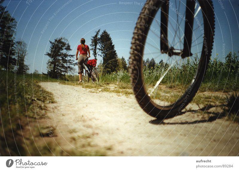 Fahrrad-Tour Sommer Feld Wiese Fußweg Nachmittag Ferien & Urlaub & Reisen Fahrradtour Mountainbike unterwegs Pause rund Wegrand stoppen Abstieg grün rot schwarz
