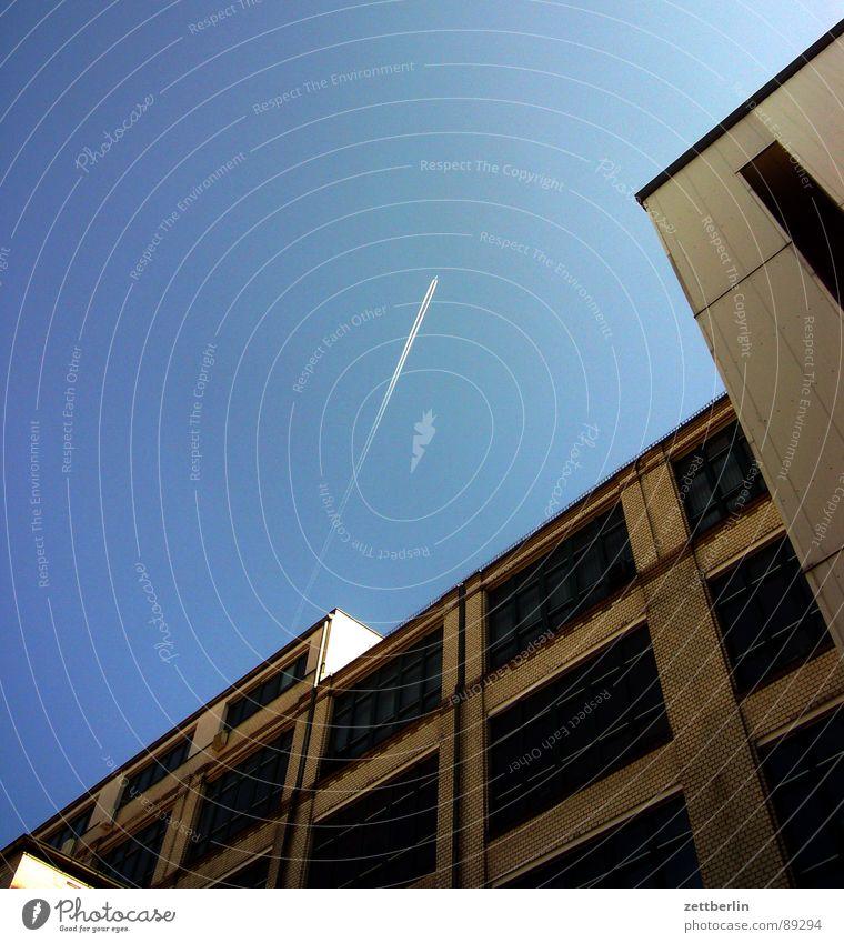 Fluggastabfertigung {f} (Schalter) = check-in counter Haus Bürogebäude Fahrstuhlschacht Etage Fenster Fassade Backstein Verschlagwortungsunlust Flugzeug