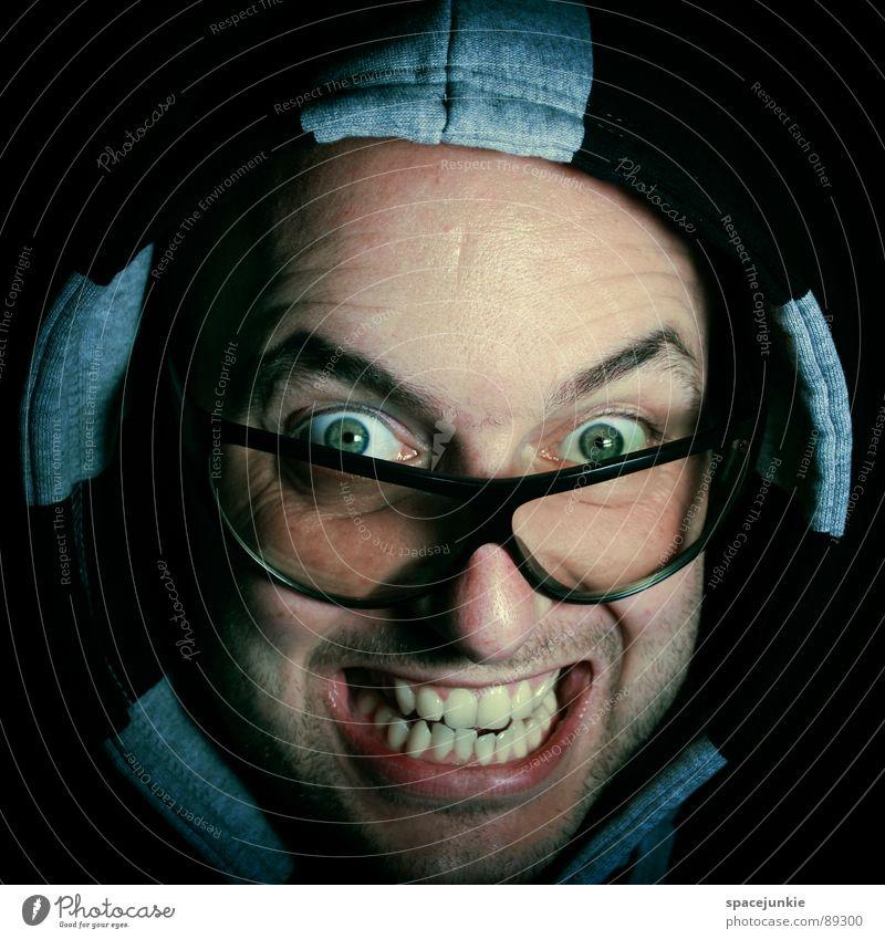 Freak Mann Porträt verrückt skurril Brille Sonnenbrille Pullover Gesicht Freude Kapuze kaputzenpulli Blick