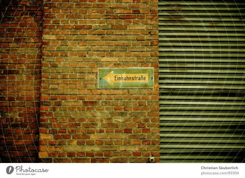 Immer der Wand nach Mauer Backstein Garage Einbahnstraße geschlossen links Industrie Rolltor Schilder & Markierungen Hinweisschild du kommst hier nett rein