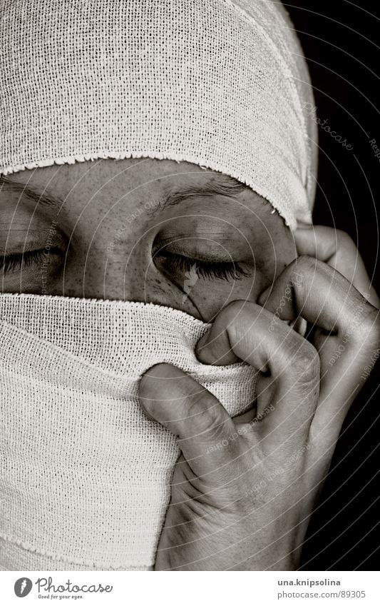 libéré Krankheit Stoff weiß Trauer Schmerz Angst Verzweiflung besessen verkrampft Qual Verband mumie Farbfoto Porträt Schwarzweißfoto Textfreiraum oben