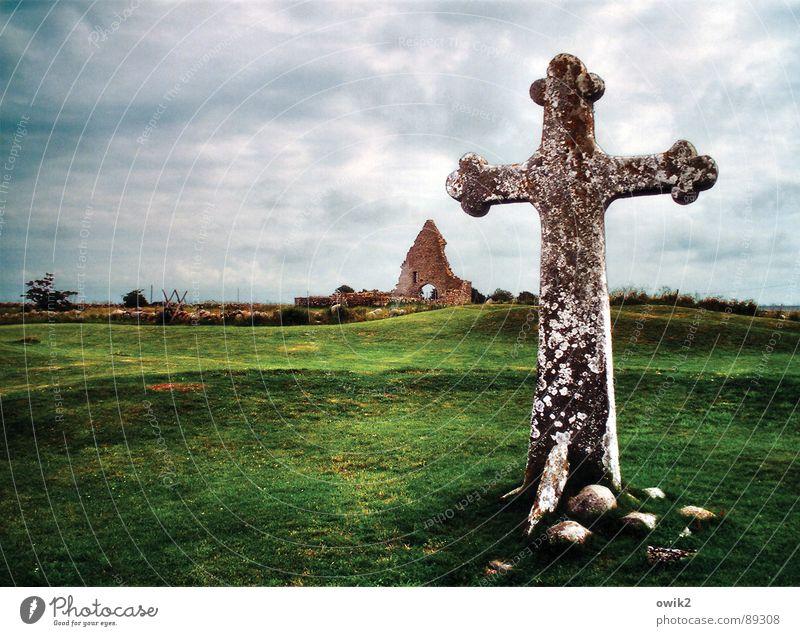 Schwedische Denkmalpflege Rücken Landschaft Himmel Wolken Klima Wetter schlechtes Wetter Gras Öland Nordeuropa Ruine Kirchenruine Sehenswürdigkeit Wahrzeichen