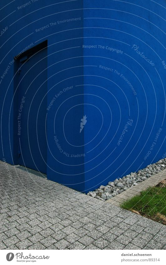 blaue Tür grün Straße Wand Hintergrundbild Ordnung Quadrat Kopfsteinpflaster Am Rand Putz zyan aufräumen Vorgarten