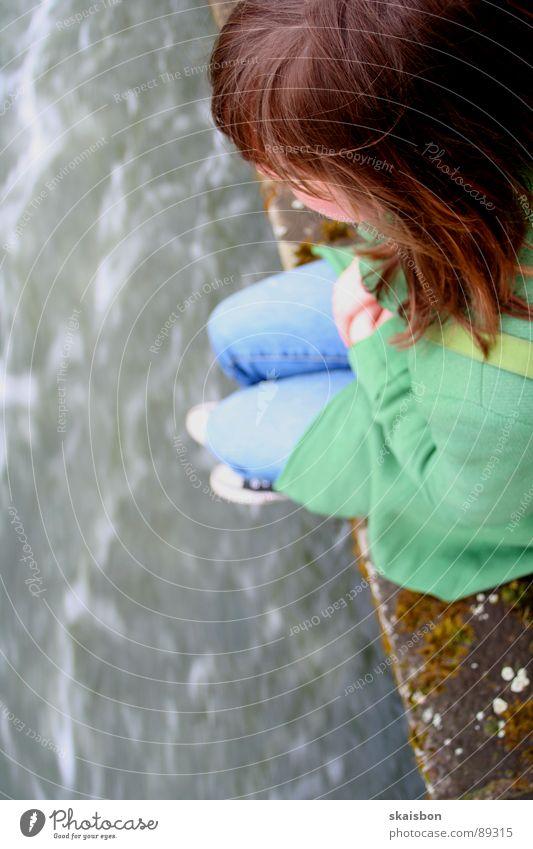 nah am wasser gebaut Frau Jugendliche Wasser Wand springen Tod Traurigkeit Mauer Küste Angst Erwachsene sitzen Trauer Elektrizität gefährlich Fluss