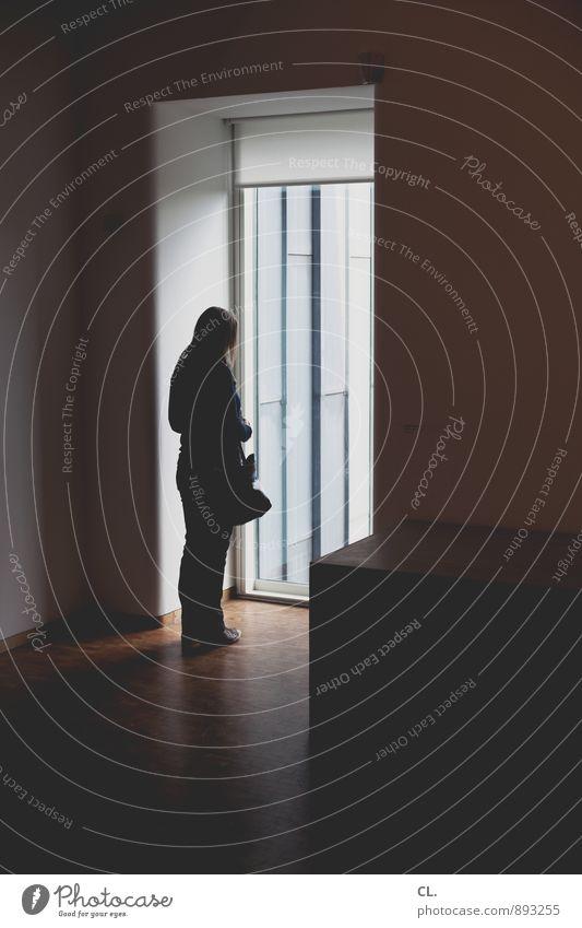 rausgucken Mensch feminin Junge Frau Jugendliche Erwachsene Leben 1 18-30 Jahre 30-45 Jahre Ausstellung Museum Architektur Mauer Wand Fenster Traurigkeit ruhig