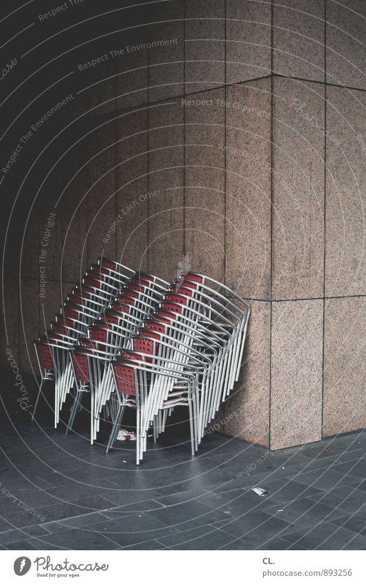 gruppenfeeling, stapelbar Mauer Wand Stuhl trist Ordnungsliebe Pause Feierabend Café Restaurant viele Farbfoto Außenaufnahme Menschenleer Textfreiraum oben Tag