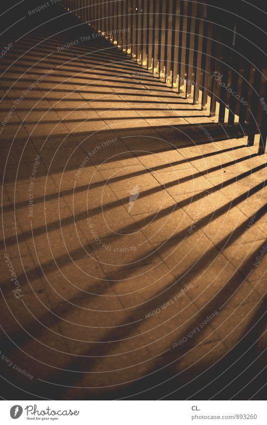linien Brücke Brückengeländer Verkehr Verkehrswege Straßenverkehr Wege & Pfade Bürgersteig Linie dunkel eckig ästhetisch Präzision Farbfoto Außenaufnahme