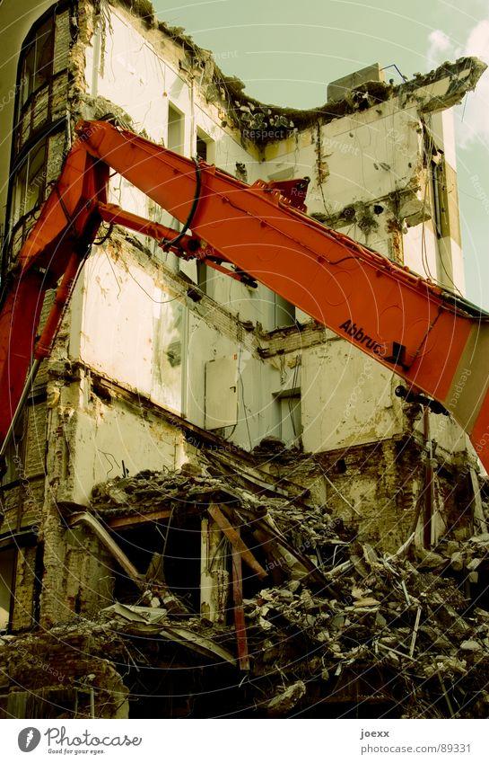 Abgehakt Demontage Zerreißen Altbau Bagger Baugrundstück Zerstörung Riss Haus Müll Neuanfang Schrott Bauschutt Schutthaufen Verfall Vergänglichkeit verwittert