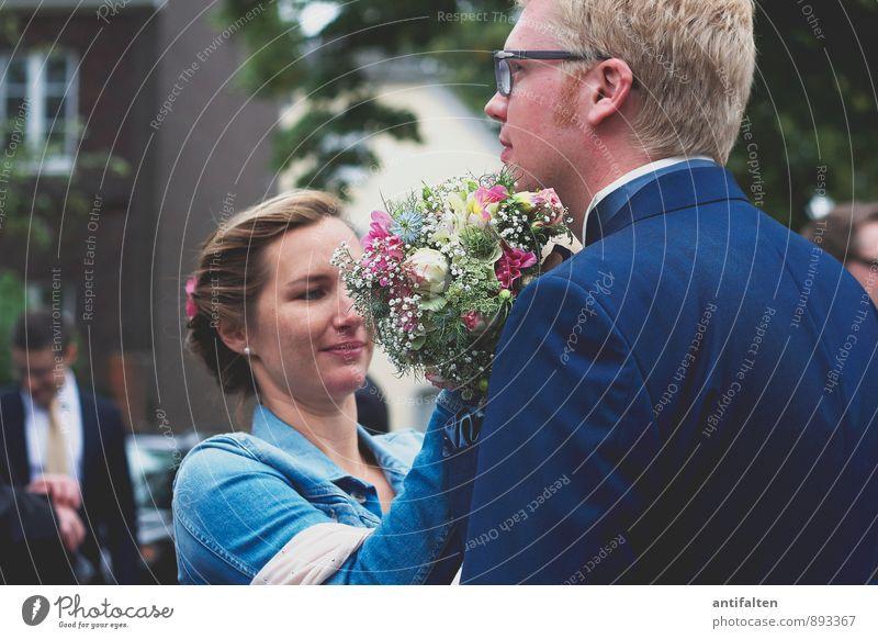 Die Sache mit der Fliege Mensch maskulin feminin Frau Erwachsene Mann Paar Partner Leben Kopf Gesicht Rücken Arme 2 30-45 Jahre Bekleidung Anzug Jeansjacke