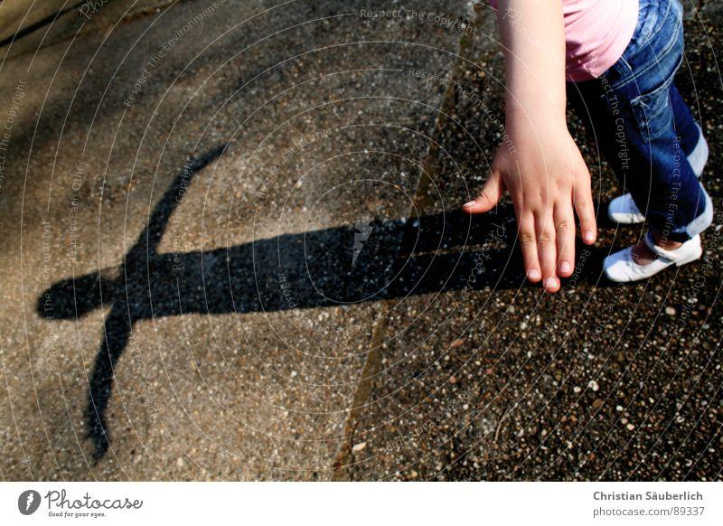 Auch Engel werfen Schatten Kind Hand Beine Arme Beton Jeanshose Bauernhof