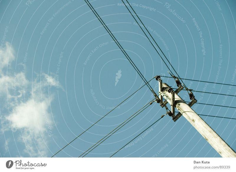 Y-Strom-Delta Himmel blau Wolken Ferne offen Elektrizität dünn Strommast Strahlung Draht edel Ehrlichkeit zierlich Holzpfahl