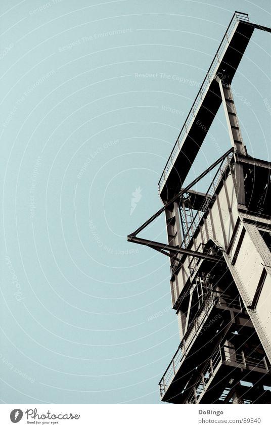 Trash Metal Himmel blau Einsamkeit kalt grau Metall Schlagwort Industrie Denkmal Ruine Konstruktion Eisen Bergbau Ruhrgebiet Hochformat Schacht