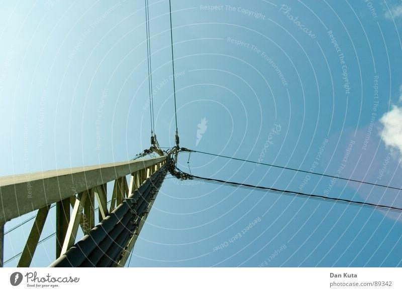 Leitungssteigerung Himmel blau Sonne Wolken Ferne offen Elektrizität dünn Strommast Strahlung Draht edel Ehrlichkeit zierlich Holzpfahl