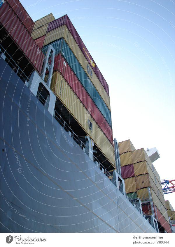 Containerladung Himmel blau weiß schwarz kalt dunkel Metall See Wasserfahrzeug Angst hoch Verkehr Macht Fluss Güterverkehr & Logistik Hafen