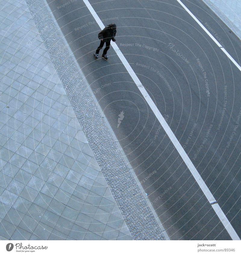 Inlineskates die Straße herunter Mensch 1 Verkehrswege Linie fahren einfach sportlich unten Stimmung Identität kalt Leistung Mobilität Wege & Pfade Asphalt
