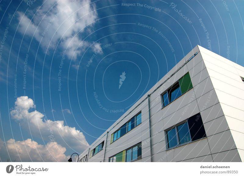 Frühling im Neubaugebiet Himmel blau weiß grün Sommer Wolken Haus Fenster Fassade zyan