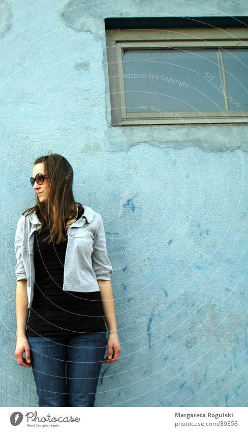 durchs fenster Frau blau Haus Wand Fenster Coolness Sonnenbrille aufhängen anlehnen