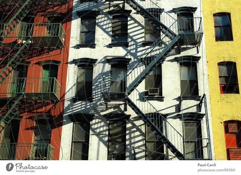 sicherheit Haus gelb Wand Stimmung Architektur Sicherheit Treppe USA New York City Hinterhof Raster rot-weiß Feuerleiter