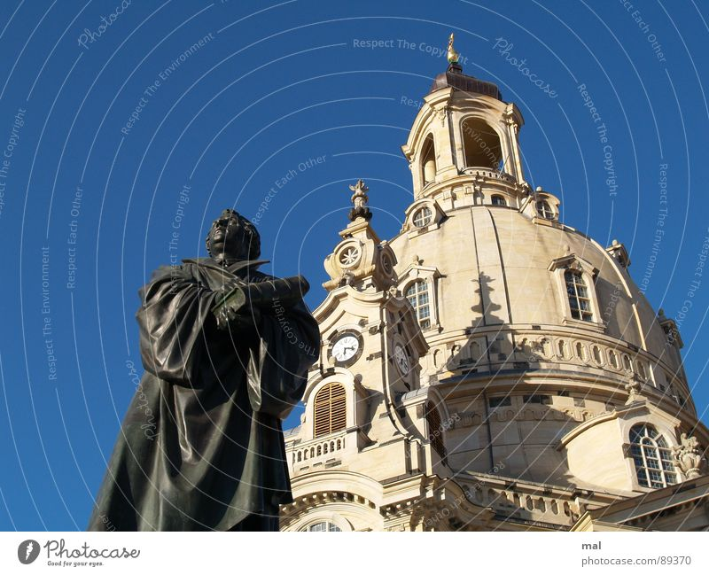 luther und frauenkirche Himmel blau Religion & Glaube Beleuchtung Deutschland Tourismus Dresden Statue Denkmal Vergangenheit Symbole & Metaphern Krieg Skulptur