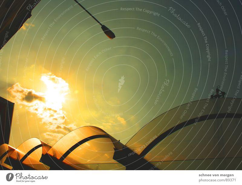 ...sechs minuten verspätung Bushaltestelle Wolken Lampe Laterne Himmel Station Dienstleistungsgewerbe Bahnhof Frankfurt am Main warten sun Sonne clouds sky