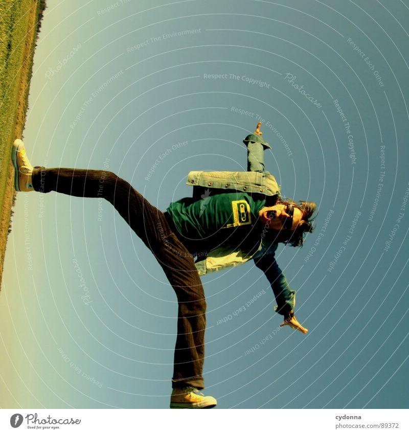 ENDE IM GELÄNDE hüpfen Frühling Wiese Gras grün Stil Sonnenuntergang Körperhaltung Halm Froschperspektive Sonnenstrahlen Kick Kampfsport Mann Kerl Feld