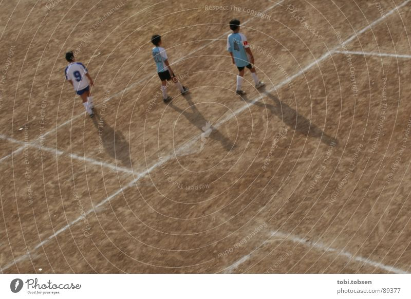 bolzplatz - der dritte Mensch Kind Sport Fußball hell braun Perspektive Platz Sportmannschaft Spielfeld beige Treffer Ballsport verdunkeln Valencia Sportplatz
