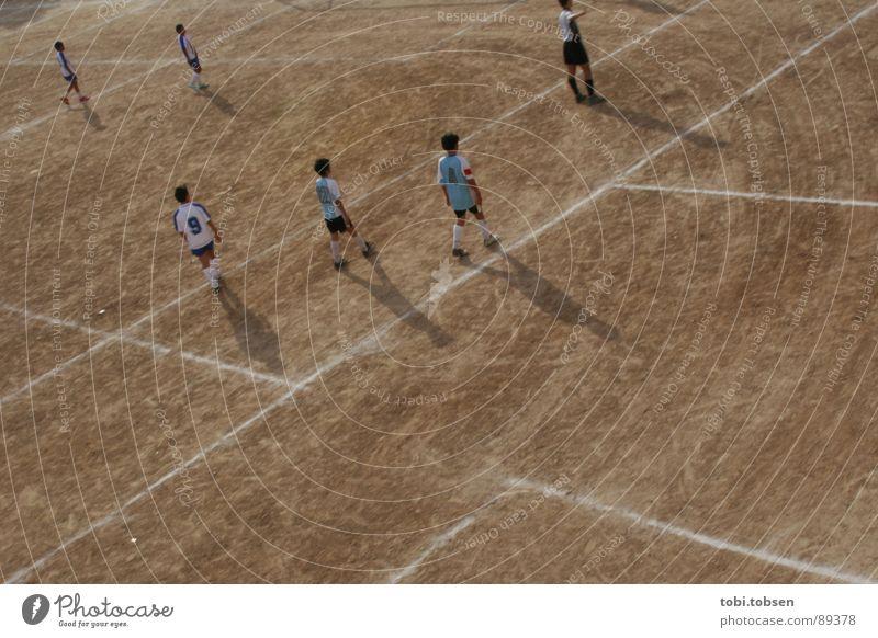 bolzplatz - der vierte Mensch Kind Sport Fußball hell braun Perspektive Platz Sportmannschaft Spielfeld beige Treffer Ballsport verdunkeln Valencia Sportplatz