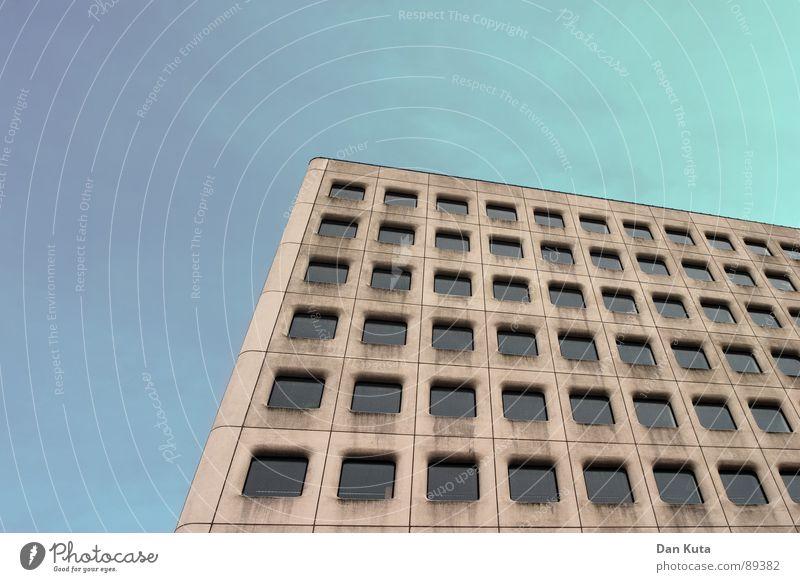 Alles nur Fassade schön Himmel ruhig Fenster grau dreckig Beton verrückt Perspektive modern rund Dach fallen Reinigen diagonal