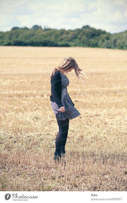 Momente genießen. Mensch feminin Junge Frau Jugendliche Erwachsene Körper 1 13-18 Jahre Kind 18-30 Jahre Natur Sommer Wind Nutzpflanze Feld Kleid blond