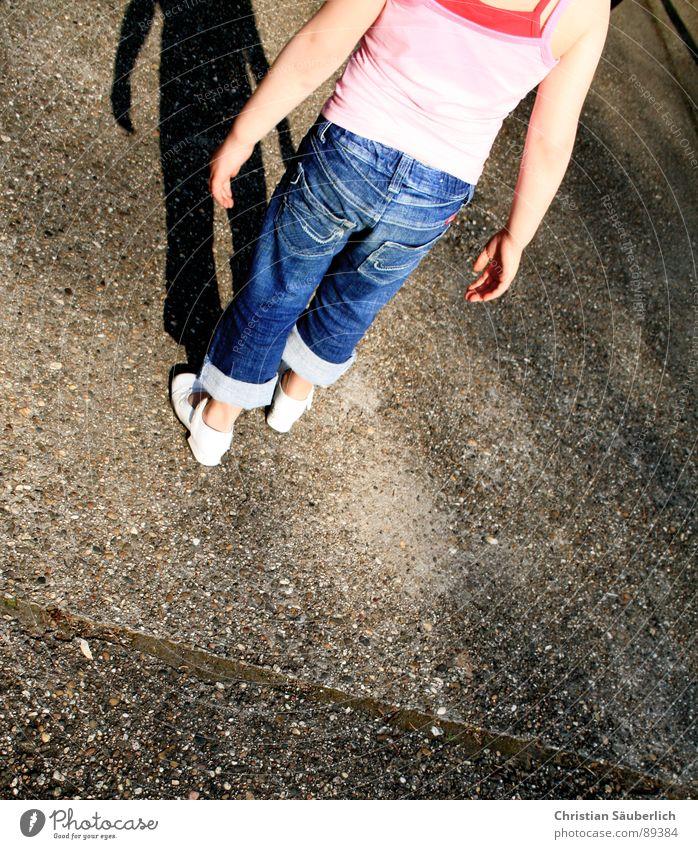 Auch Engel werfen Schatten II Kind Hand Beine Arme Beton Jeanshose Bauernhof