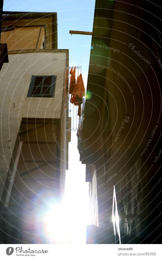 LichtGasse Sonne Beleuchtung orange Verkehrswege eng Wäsche Spalte Wäscheleine Nachmittag schmal himmelblau Himmelskörper & Weltall Schlitz Abendsonne