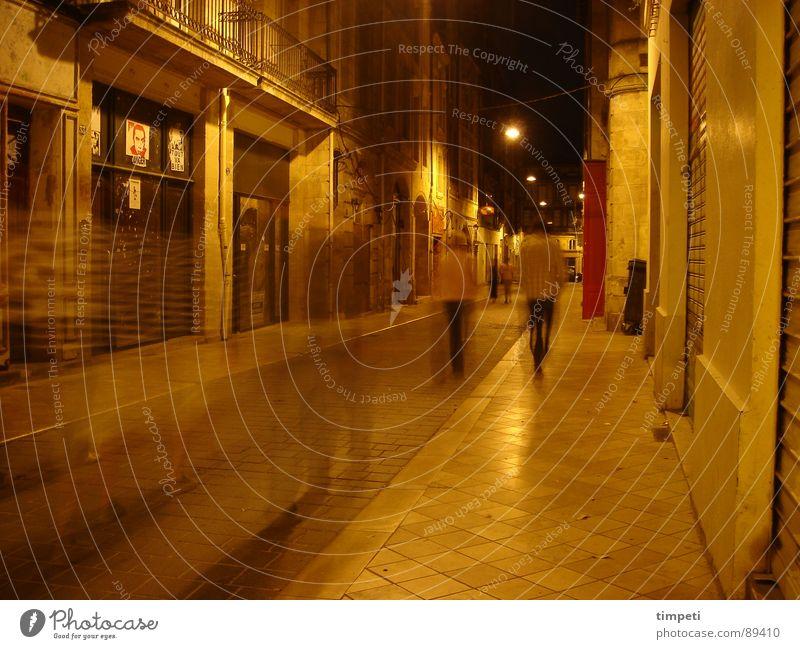Bordeaux bei Nacht Mensch alt gelb Straße dunkel Bewegung Lampe Beleuchtung Zeit Ziel Laterne Verkehrswege eng erleuchten Frankreich Gasse