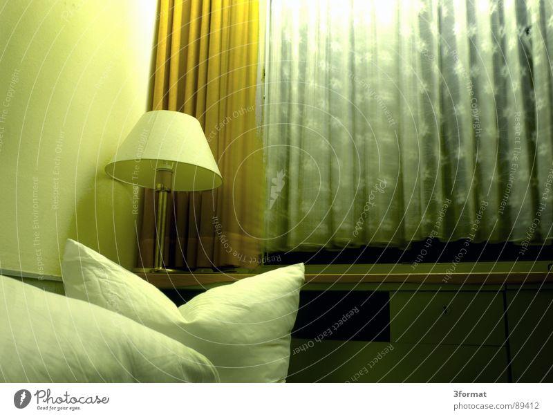traurige nacht01 Hotel Nacht schlafen Hotelzimmer Bett Fenster Vorhang Raum Polster Möbel Bettwäsche Einsamkeit verloren Trauer Verzweiflung trist grau Trennung