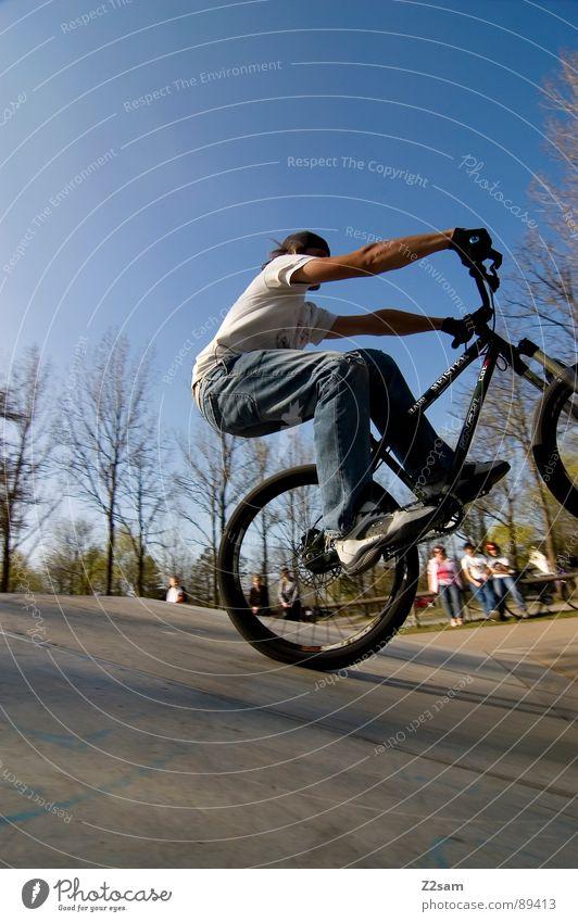 bike_manual springen fahren Fahrrad Mountainbike Aktion Sport Stil Jugendliche Physik Sommer Baum Sportpark Park Vergnügungspark Einradfahren Zufriedenheit
