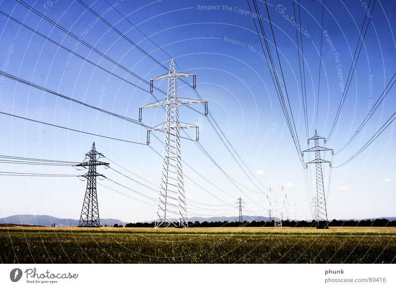 ... durchziehen das land. Strommast Feld Versorgung Industrie Sicherheit stom starkstom Energiewirtschaft Leitung Kabel Amerika
