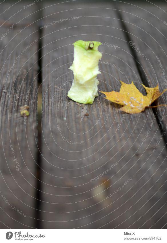 Angefressen I Lebensmittel Frucht Apfel Ernährung Bioprodukte Vegetarische Ernährung Diät Herbst Blatt frisch Gesundheit lecker saftig sauer süß Gehäuse