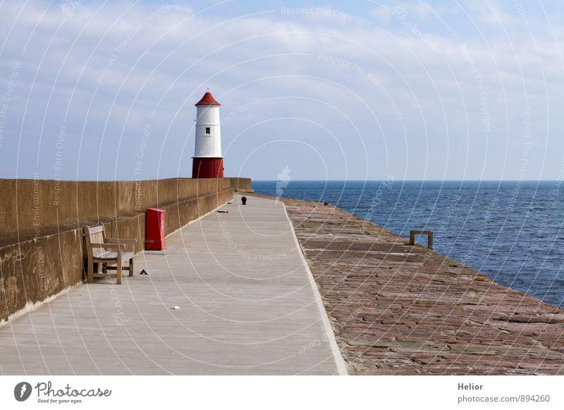 Rot-weisser Leuchtturm Himmel Ferien & Urlaub & Reisen blau weiß Wasser Sonne Meer rot Wolken Ferne Wand Herbst Küste Mauer grau Stein