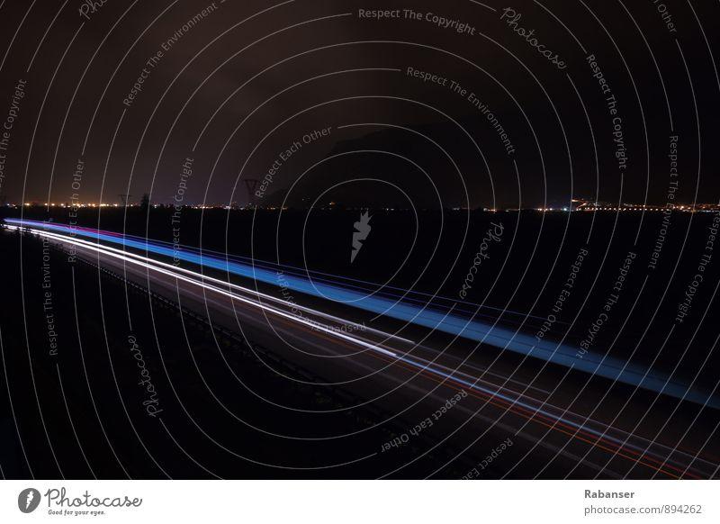 A22 Verkehr Verkehrsmittel Verkehrswege Personenverkehr Autofahren Straße Fahrzeug PKW dunkel blau rot schwarz weiß Autobahn Langzeitbelichtung Lichtstreifen