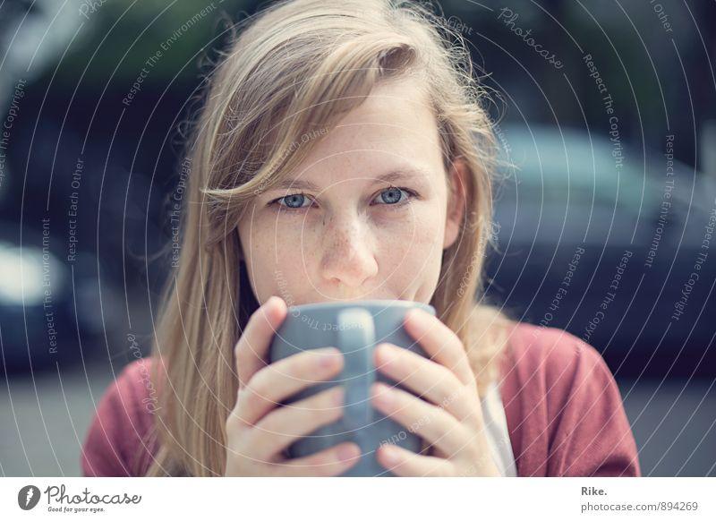 Kaffeeliebe. Ernährung Frühstück Kaffeetrinken Getränk Heißgetränk Kakao Tee Tasse Lifestyle Gesundheit Wohlgefühl Mensch feminin Junge Frau Jugendliche