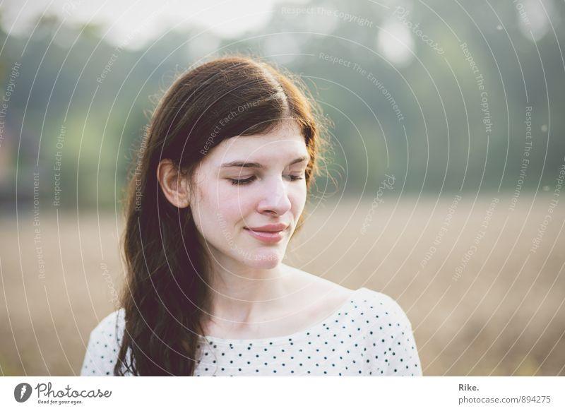 Kein Vergessen. Mensch feminin Junge Frau Jugendliche Erwachsene Gesicht 1 18-30 Jahre 30-45 Jahre Natur Sommer Feld brünett langhaarig Denken Erholung Lächeln