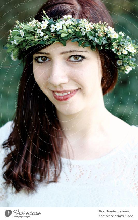 Blumenkranz 3 Mensch feminin Junge Frau Jugendliche Erwachsene Haare & Frisuren 1 18-30 Jahre Natur Frühling Herbst Bekleidung Kleid Accessoire Lächeln
