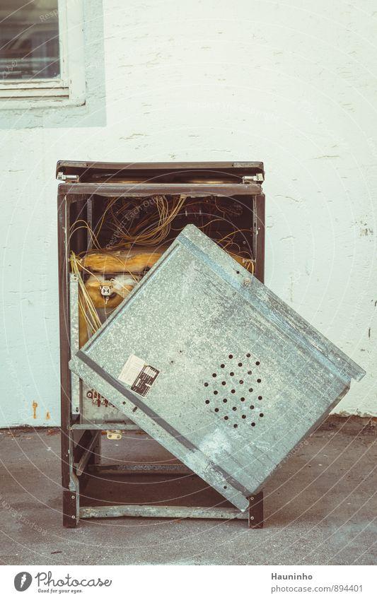 Sperrmüll alt weiß Fenster Wand Innenarchitektur grau Metall Häusliches Leben kaputt retro Kabel Küche Kunststoff Stahlkabel eckig Isolierung (Material)