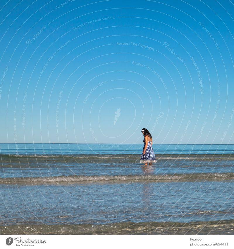 verträumt Mensch Frau Natur blau weiß Wasser Sommer ruhig kalt Erwachsene Gefühle feminin Küste Sand braun träumen