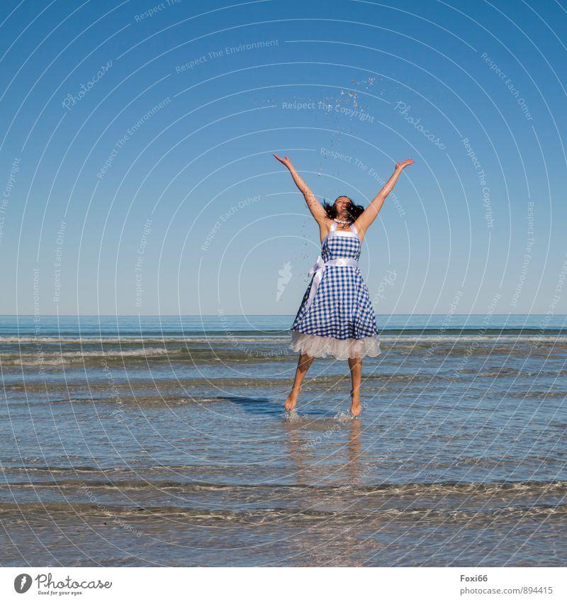 Wohlfühloase/ splash Mensch Frau blau weiß Wasser Sommer kalt Erwachsene feminin Küste lustig lachen Sand springen 45-60 Jahre frisch