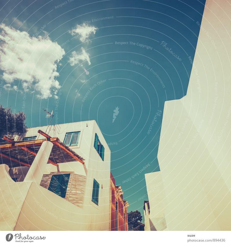 Die eigene Zufriedenheit ... Himmel Ferien & Urlaub & Reisen blau Fenster Reisefotografie Wärme Architektur Stil Gebäude Stein Kunst hell Fassade Design Idylle ästhetisch