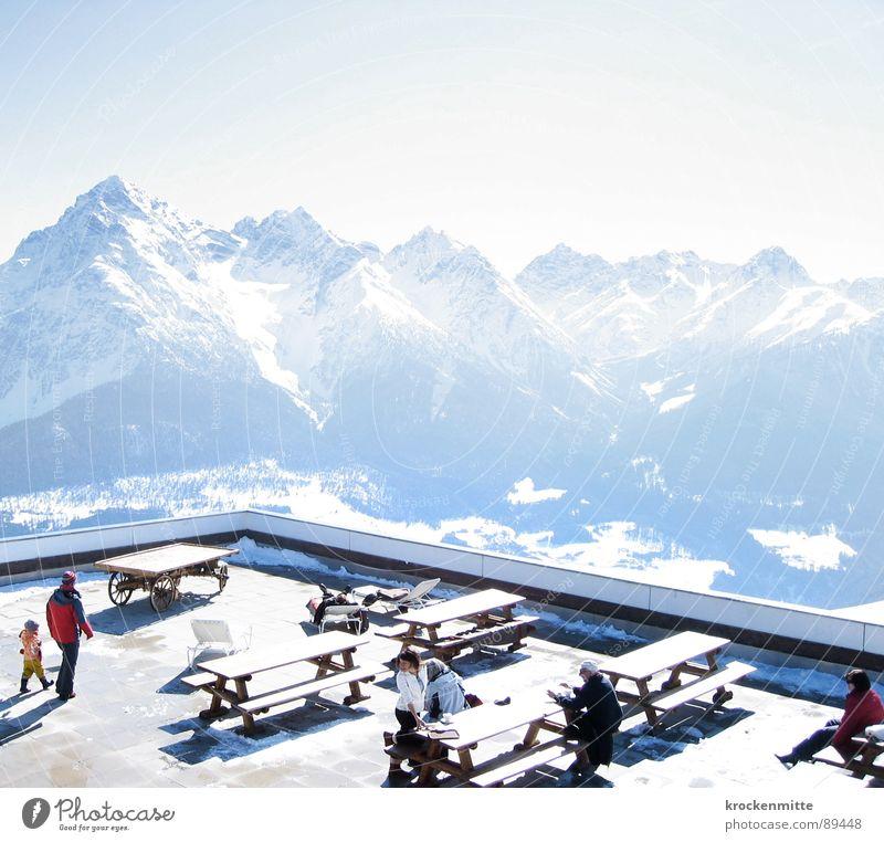 Sonnenterrasse Mensch Ferien & Urlaub & Reisen Winter Erwachsene Erholung Ernährung kalt Schnee Berge u. Gebirge hell sitzen Tisch Pause Bank Schweiz genießen